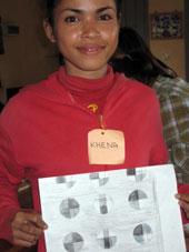 たまたま見本布の中に一つ入っていた円形の中のチェック柄布を選んだKhena。円は手近にあったセロテープの輪で描き、モノトーンも鉛筆の濃淡でうまくだしています。  (彼女は耳が聞こえないので、誰も言わないままに一人で進めていました)