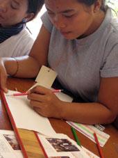 織り機にセットする筬(おさ)の目を紙に写し、縞の幅の間隔を確認。筬の隙間1つに糸が2本入るので、糸量の計算もできます。