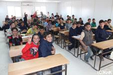 プレハブ教室で学ぶシリア人の子どもたち