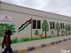 校舎の壁にはさまざまな絵