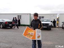 学校の時間にお菓子を売る子ども
