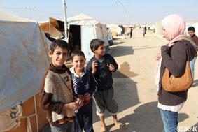 避難生活を送る子どもたちの話を聞くKnK現地スタッフ