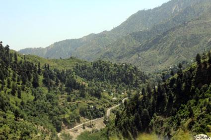 山々の合間に沿って続く道は、車道でもあり、子どもたちの通学路でもある。