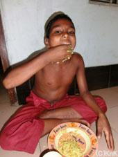 バングラデシュでは手でご飯を食べます。「手を洗って爪を切って」の注意は、1年以上センターに通うココン(10歳)にはもう必要ありません。