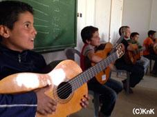 音楽のクラスにてギターを演奏