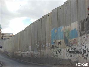 高さ約8メートルの分離壁。向こう側が東エルサレム。