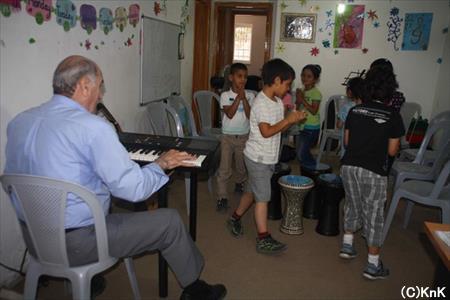 パレスチナの合唱練習風景。手拍子や動きも取り入れながら練習します。