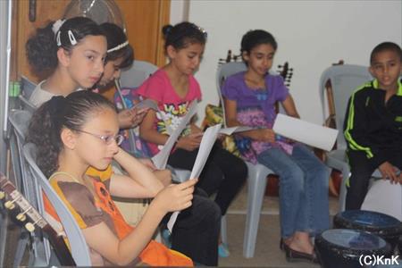 歌詞を読む子どもたち。