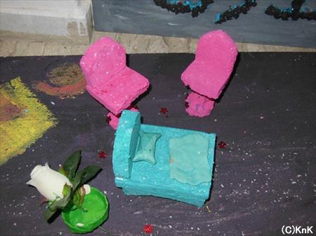 発泡スチロールで作った家具。小さい子どもたちの作品です。