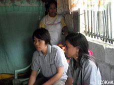 19歳の女性(右)。スナックを売って家庭を支えながらボランティア活動に参加している。