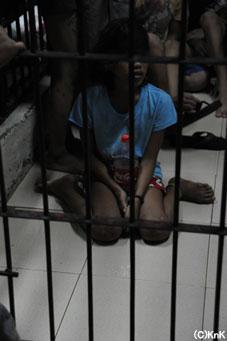 男子と同じ牢屋に保護された少女