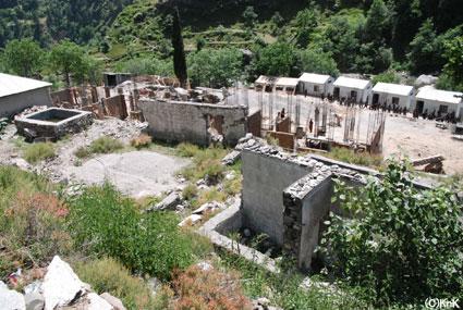7年半撤去されなかった倒壊した学校跡