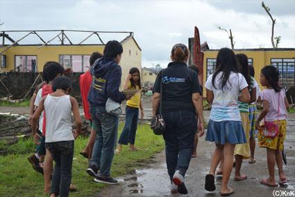 被災した学校まで子どもたちが案内してくれた。多くの犠牲者が出たという。(レイテ島パロ)