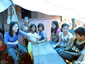 子どもの家庭を訪問するソーシャルワーカー(左)