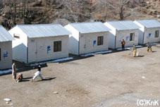 以前校舎として使用していたテントや木造小屋は、倉庫や職員の宿直室として使用されるそう。 校庭には、クリケットを楽しむ生徒の姿も。