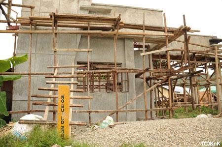 「No Building Zone(建設不可地域)」の看板のすぐ裏で家を建てている