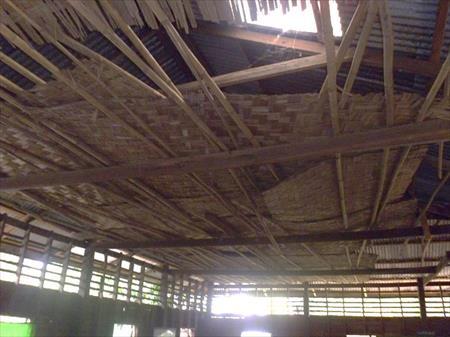 崩壊した屋根と天井