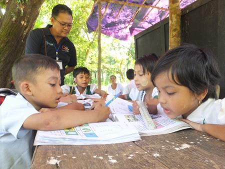 音読(ミャンマー語)に励む子ども