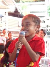 寺田会長の挨拶に歌で答える少女