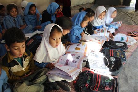 校舎が完成するまでテントで勉強する子どもたち