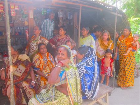 村の女性たち。お客さんになってくれています!