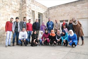 インタビューに答えてくれたシリア人の生徒とボランティアに来ていた学生たちと一緒に(2)