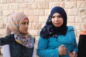インタビューに答えてくれたシリア人の生徒とボランティアに来ていた学生たちと一緒に(1)