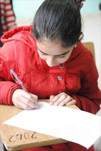 補習授業を受けるシリア難民の少女