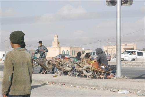 ザアタリ難民キャンプにて。荷車には仕事を待つ子どもたちが座っている。