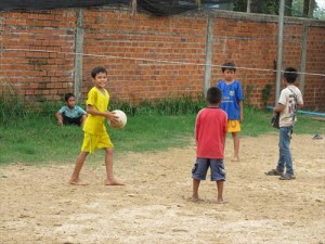 英語クラスが始まる前にゴム跳びやボールで遊ぶ子どもたち