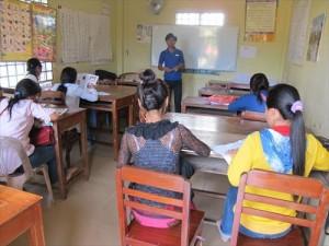 KnKの裨益者を対象に行われる昼の英語クラスの風景