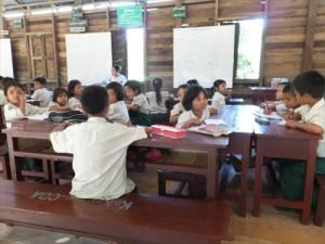新調された机で勉強する子どもたち