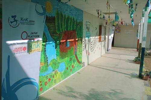 KnKの教室は明るい雰囲気を作るため絵や折り紙などで飾り付けをしています。