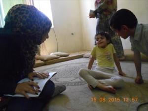 家庭訪問で子どもから話を聞くコミュニティリサーチャー。