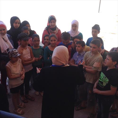 課外活動中、ソーシャルアドバイザーによる講話。話を真剣な表情で聞く子どもたち
