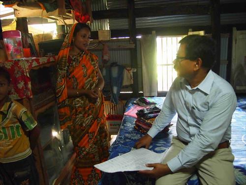 自宅に布を保管して、近隣の村人からオーダーをもらっている組合員