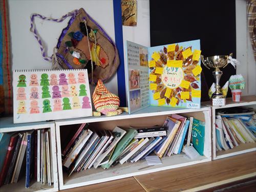 難民キャンプの図書スペースに大切に飾られています