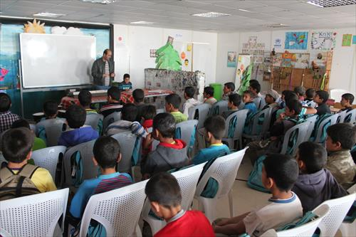 難民キャンプでの授業の一コマ