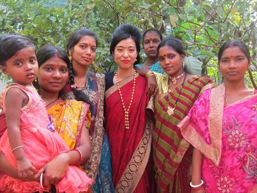 着飾った女性たちと記念撮影