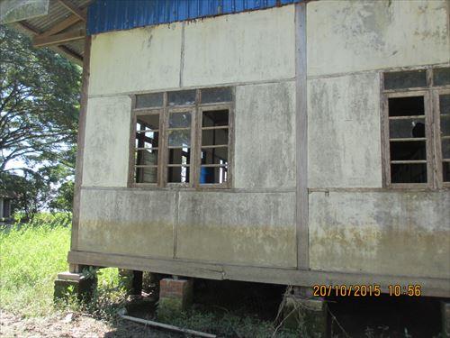 洪水の爪痕が残る学校