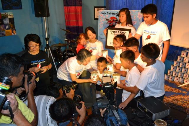 募金贈呈式にはフィリピンメディアもかけつけた