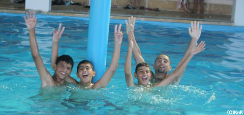 遠足でプールへ、暑いパレスチナではプールが大人気