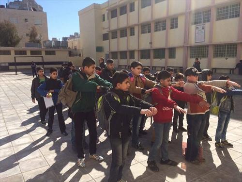 授業前に校庭に整列し、軽い運動と国歌斉唱