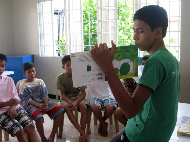 「若者の家」で年下の子どもたちに絵本を読み聞かせる(2010年/17歳)