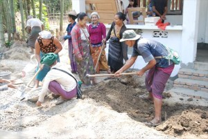 住民による建築現場での協力