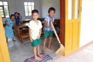 新校舎の清掃を行う生徒たち