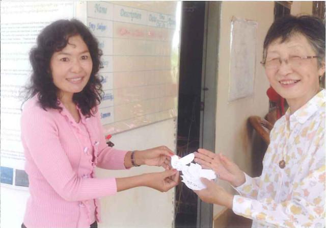 左は経理の責任者ダイさん。以前子どもたちが手作りのマスコットを送ってくれたのですが、それに対するお礼のカードを手渡しました。